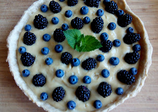 Tarta z kremem budyniowym i owocami