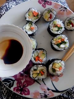 Sushi z tempeh i warzywami
