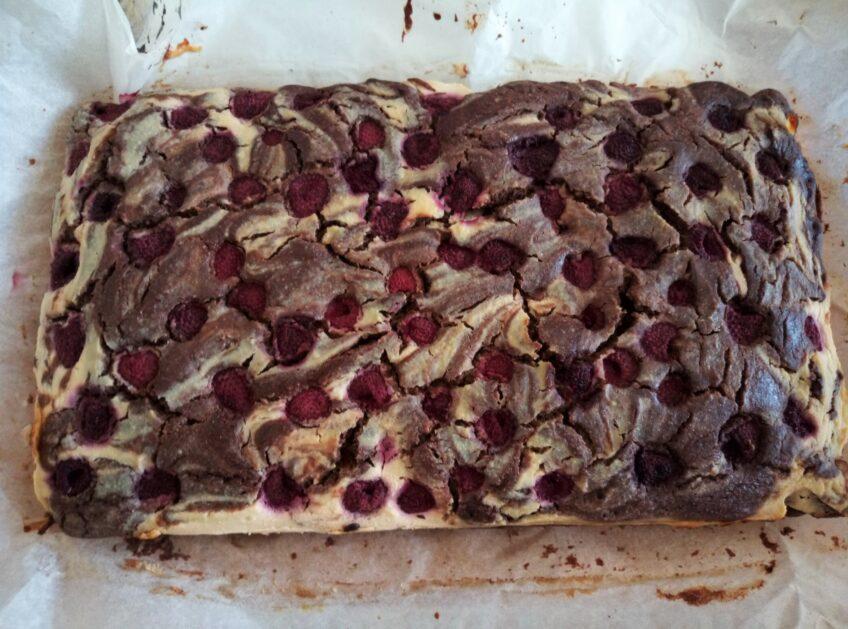 Serniko-brownie z malinami